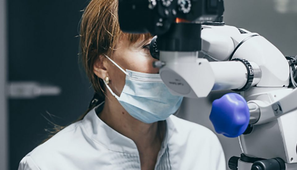 Лечение каналов под микроскопом